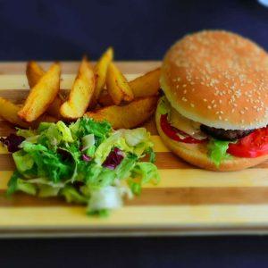Burger cu cartofi wedges